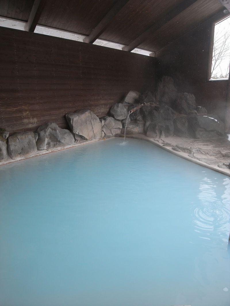 コバルトブルーの湯に感激!秋田の穴場「露天風呂水沢温泉」