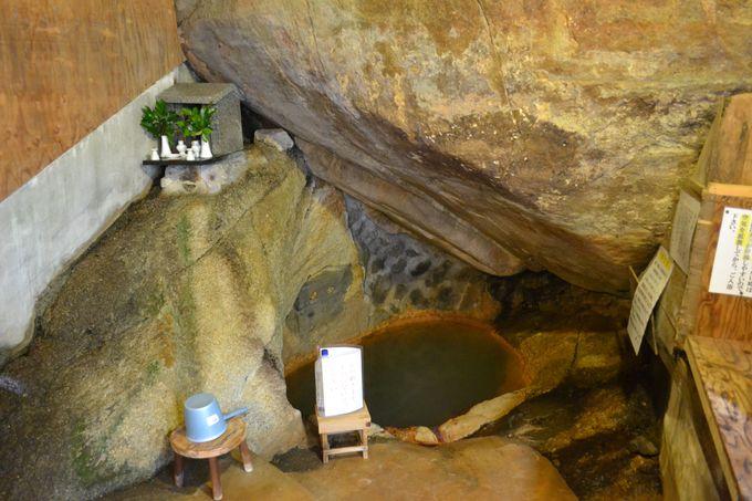 天然の大岩の底から湧き出すラジウム泉