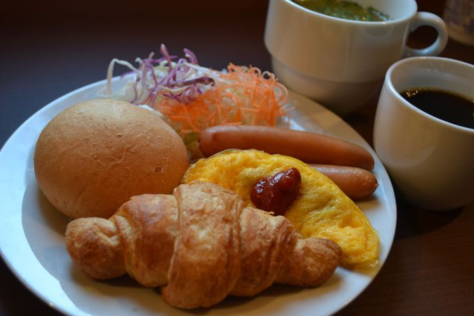 朝はロビーラウンジでサービスの軽朝食を