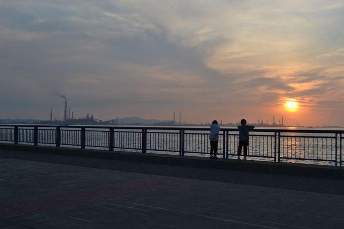海沿いの遊歩道で関門海峡に沈む夕日を