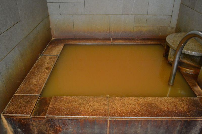 福岡・門司「MOJI PORT」は泊まるとタダで入れる赤い温泉がインパクト大!
