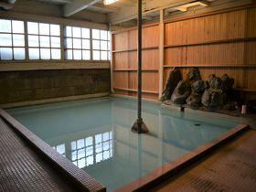 ひや~冷たッが気持ちいい!山梨「岩下温泉旅館」の28℃の冷泉につかろう|山梨県|トラベルjp<たびねす>