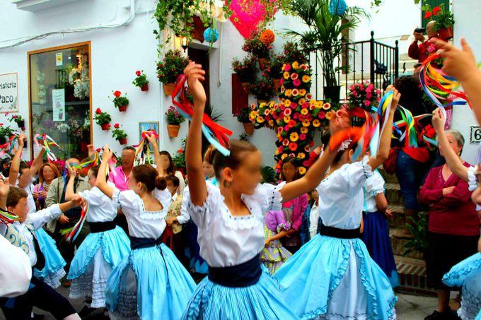 5月の十字架祭り「Dia de la Cruz」華やかな花と音楽
