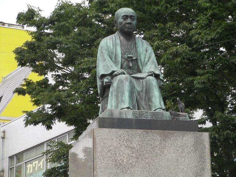 深谷駅前にある渋沢栄一像