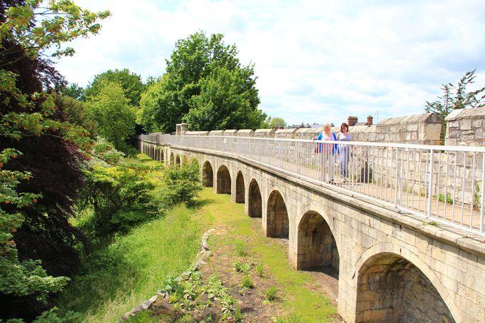 基礎はローマ時代の城壁が歩ける!