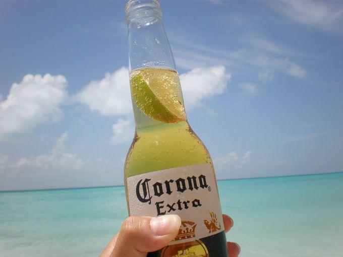 ジンベイザメと泳いだ後は、楽園「イスラムヘーレス」でコロナビール。