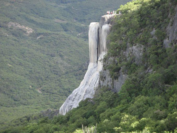 長い年月が造り出した石の滝