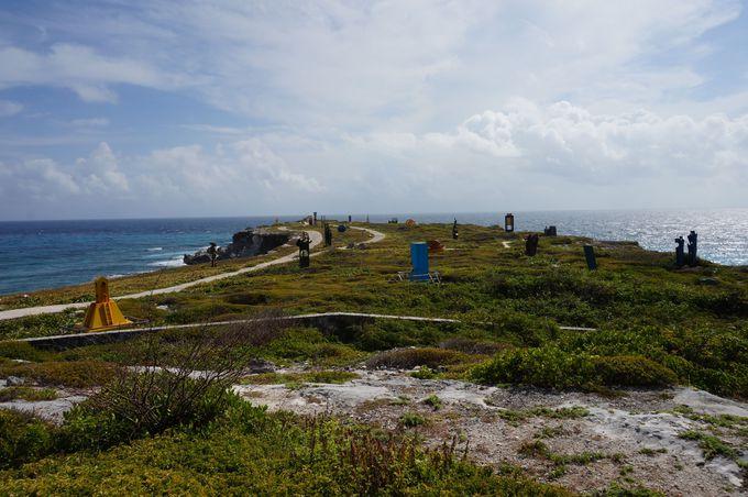 断崖絶壁の岬に佇む、様々なモダンアート