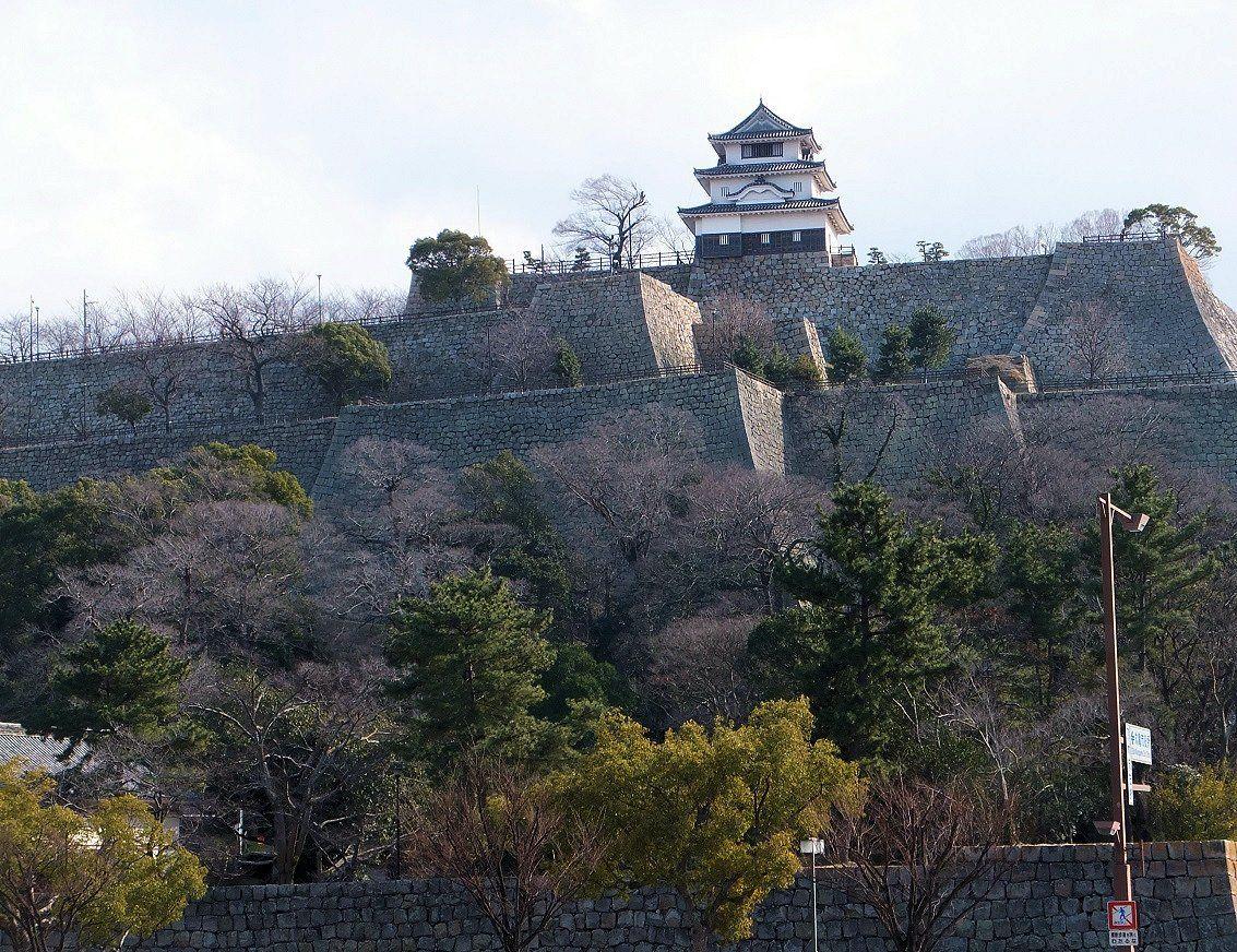 日本一の高さを誇る石垣にたたずむ日本一小さな天守