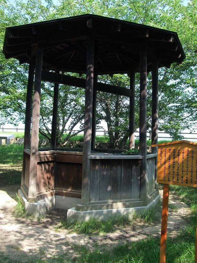 日本一の深さを誇る二の丸井戸と壮麗な石垣にまつわる悲話