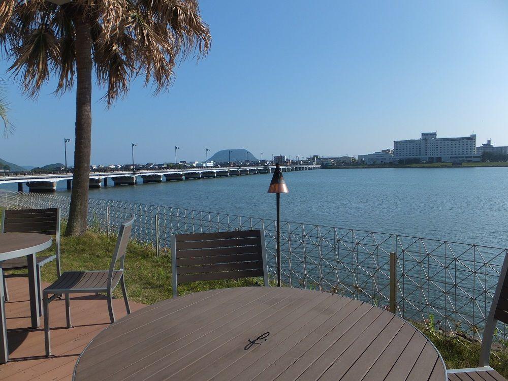 天気の良い日は河畔のテラスで朝からつ茶漬けを