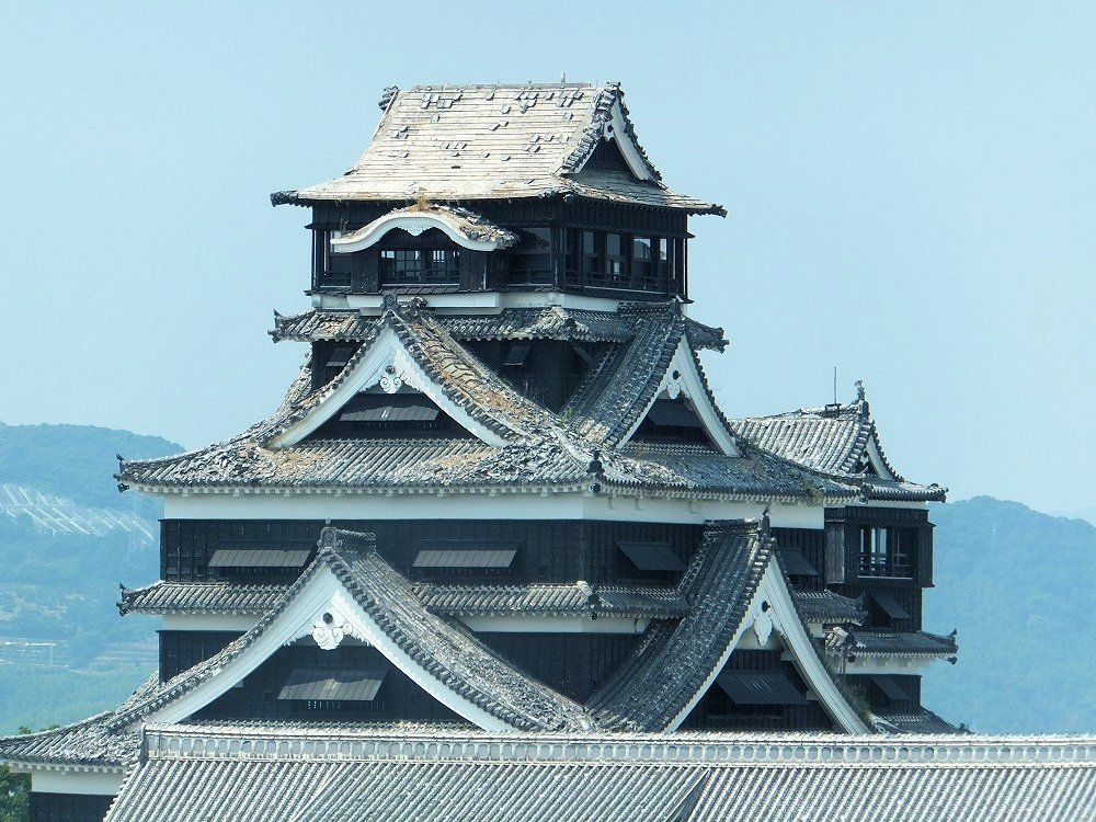 しゃちほこは消失、瓦は落ち雑草の生えた熊本城天守閣