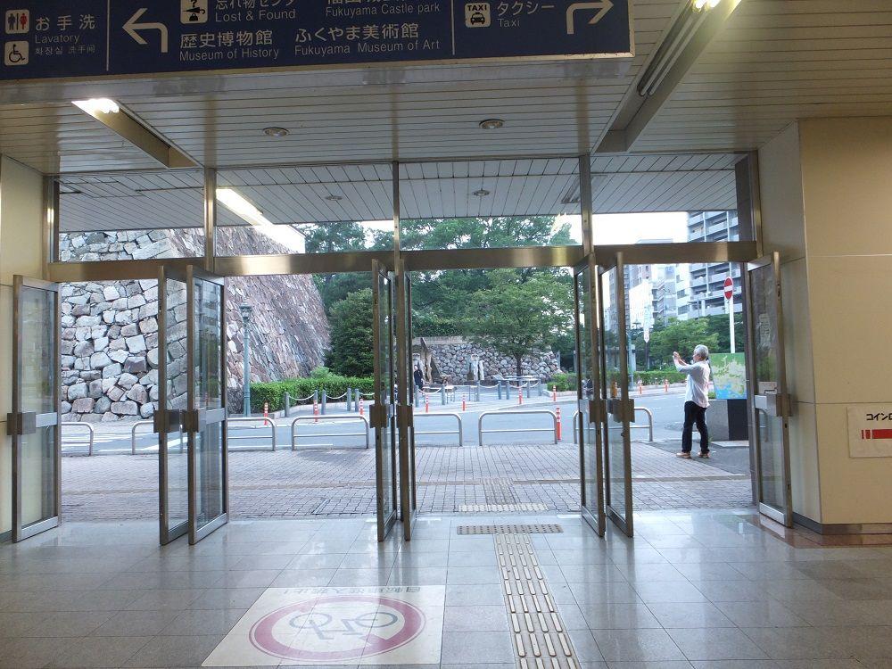 福山駅構内から!整然と積み重なる石垣の眺め