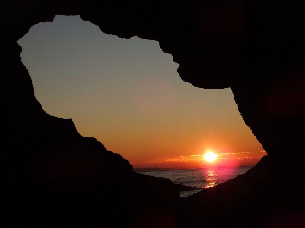 これは珍しい!岩の洞門から日の出を覗き見る