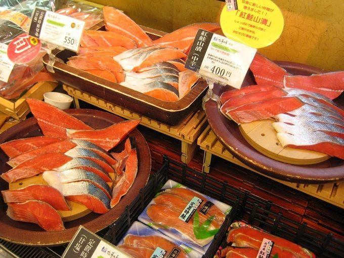 試食が充実!札幌「佐藤水産 本店」で旬の鮭を味わい尽くそう