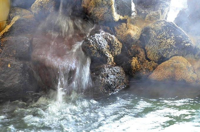柔らかな泉質と岩に咲く湯の華