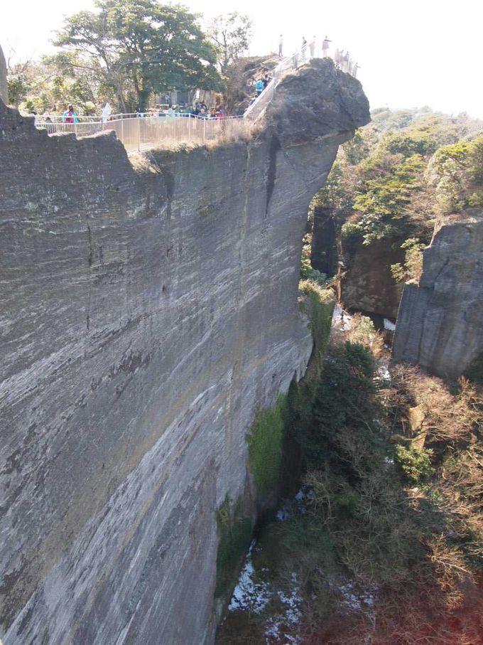 突き出た岩の先にある「地獄のぞき」