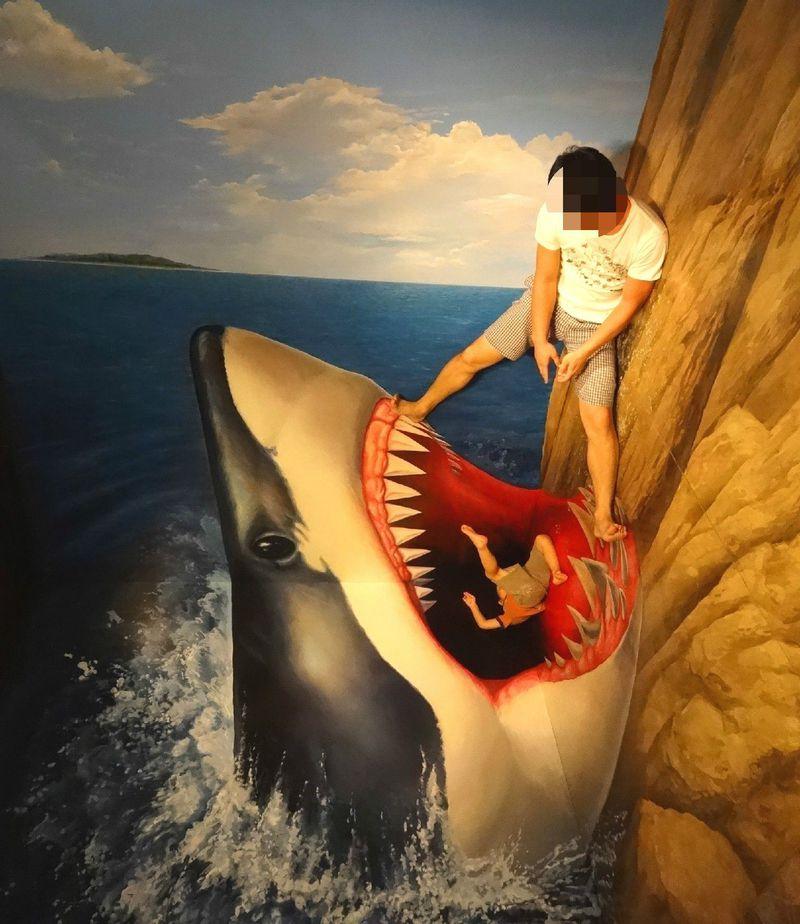 熱海トリックアート迷宮館で「キャッー襲われちゃう!」な写真を