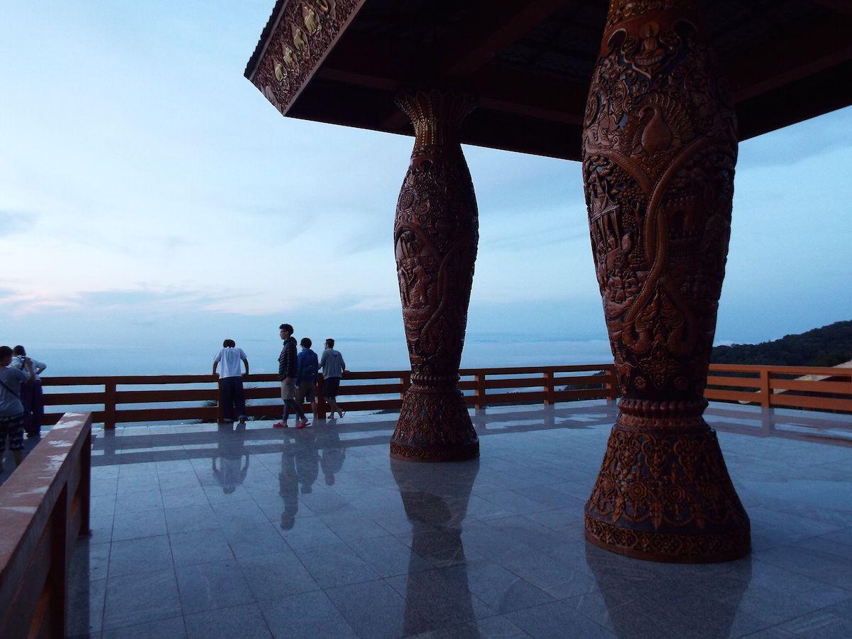 山頂の寺院からみる幻想的なまでに美しい朝日!