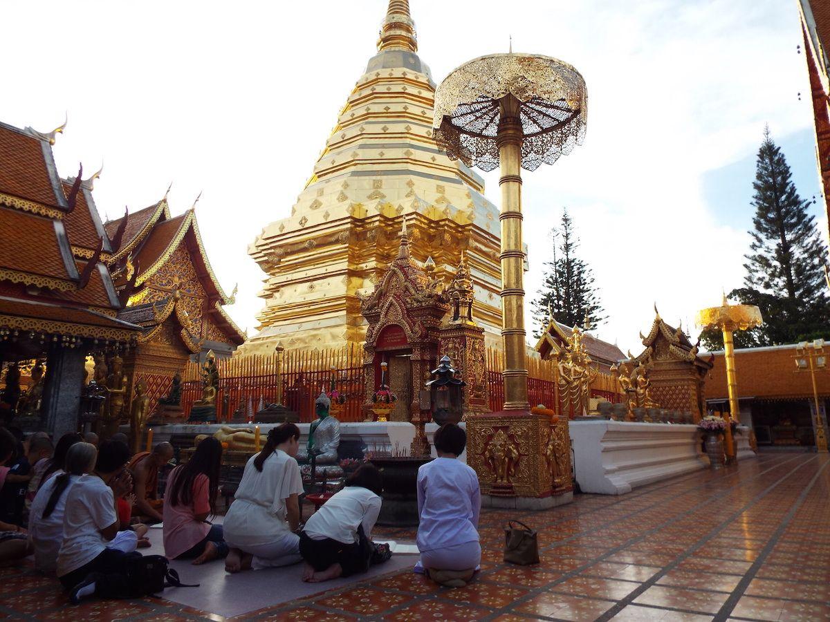 石段を登った先にある金色に輝く荘厳な仏塔!