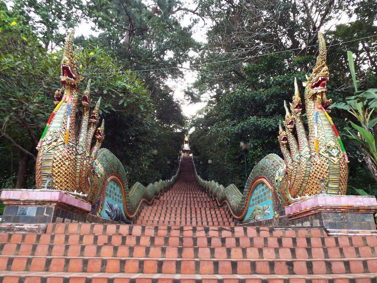 長い石段を登って山頂の神秘の寺院へ!