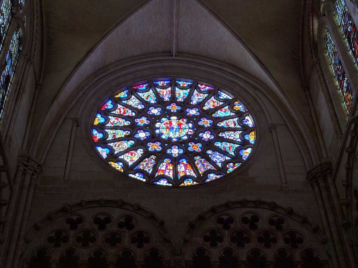 大聖堂を、さらに美しく彩る「バラ窓」