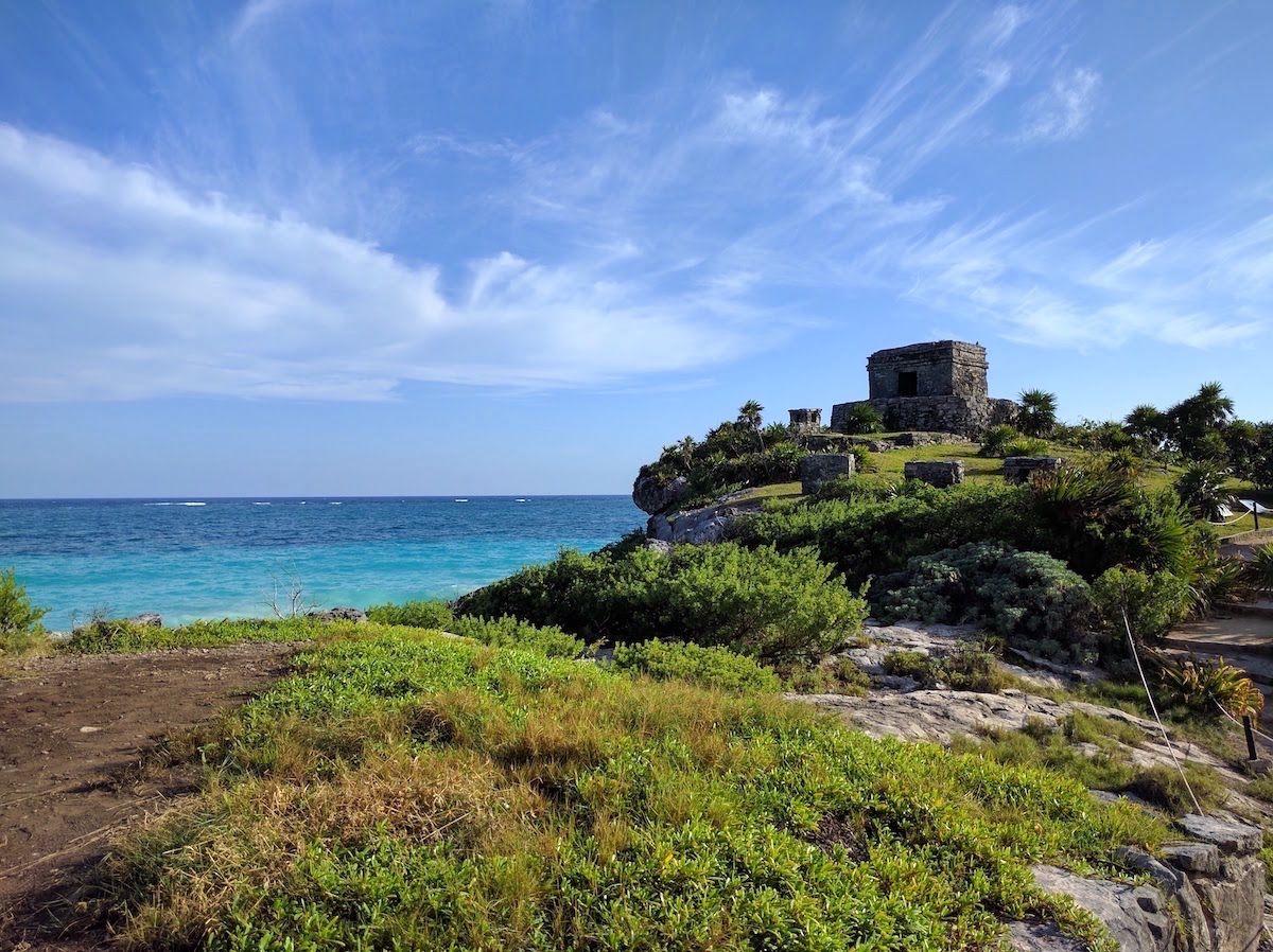 マヤの遺跡とカリブ海の絶景が同時に楽しめる