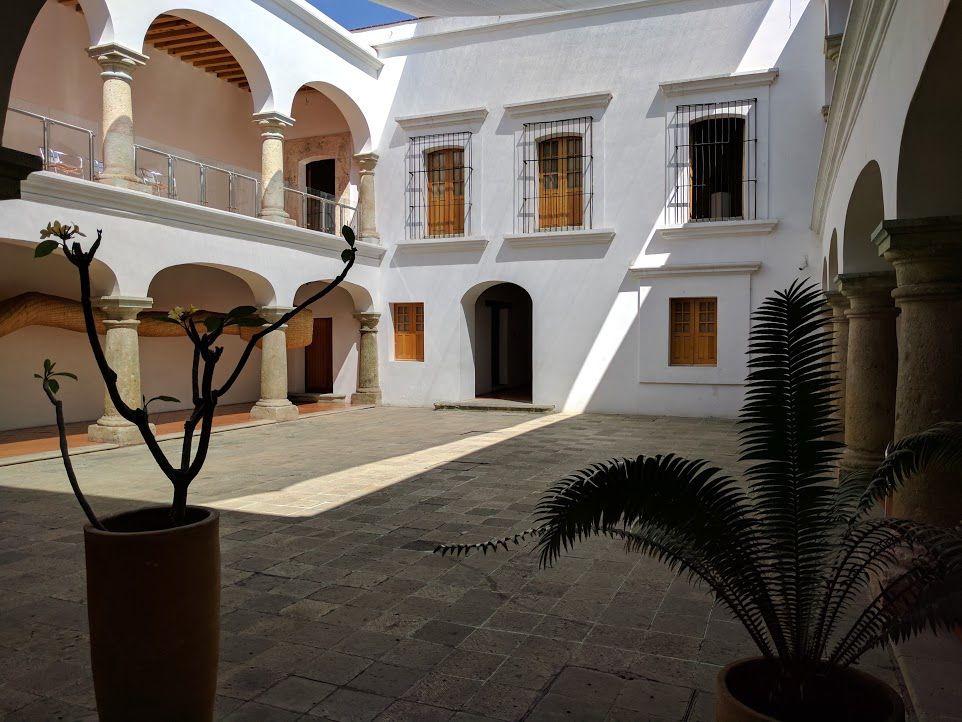 コロニアル建築に作られた現代美術館「MACO」