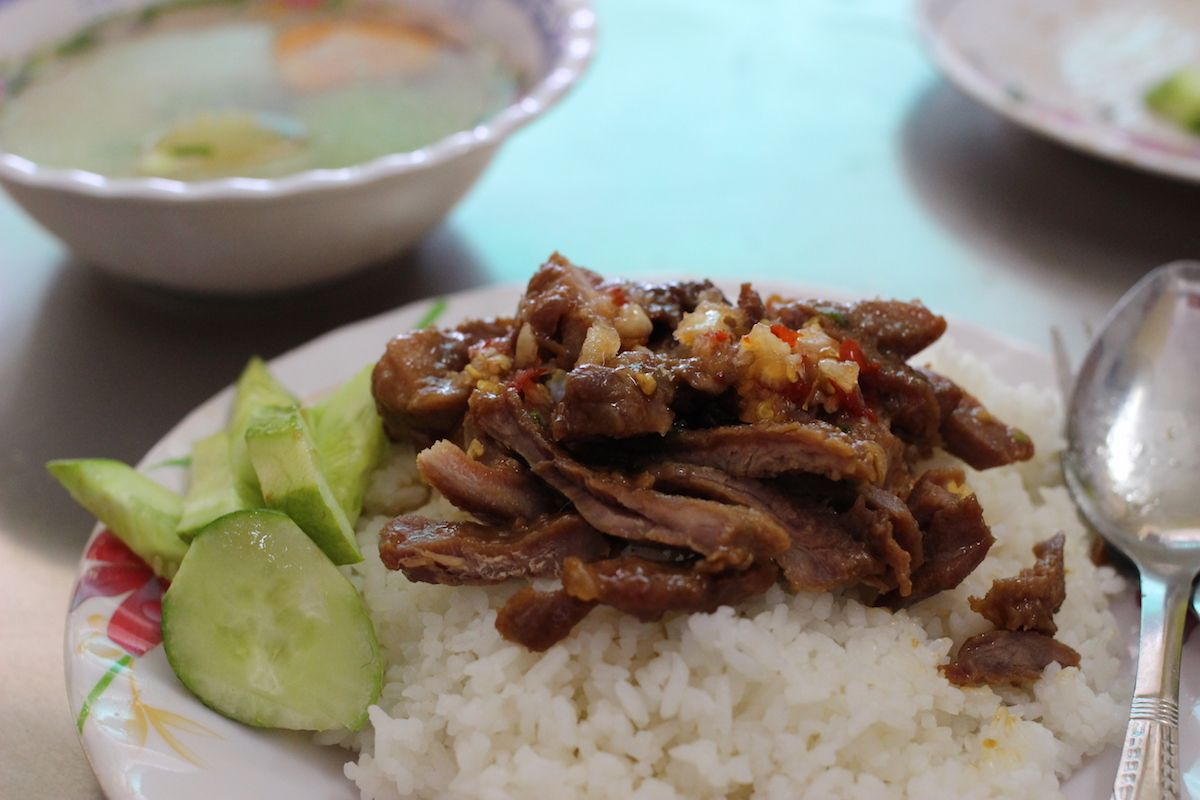 4、カンボジア定番の豚肉丼「バイサイチュルーク」