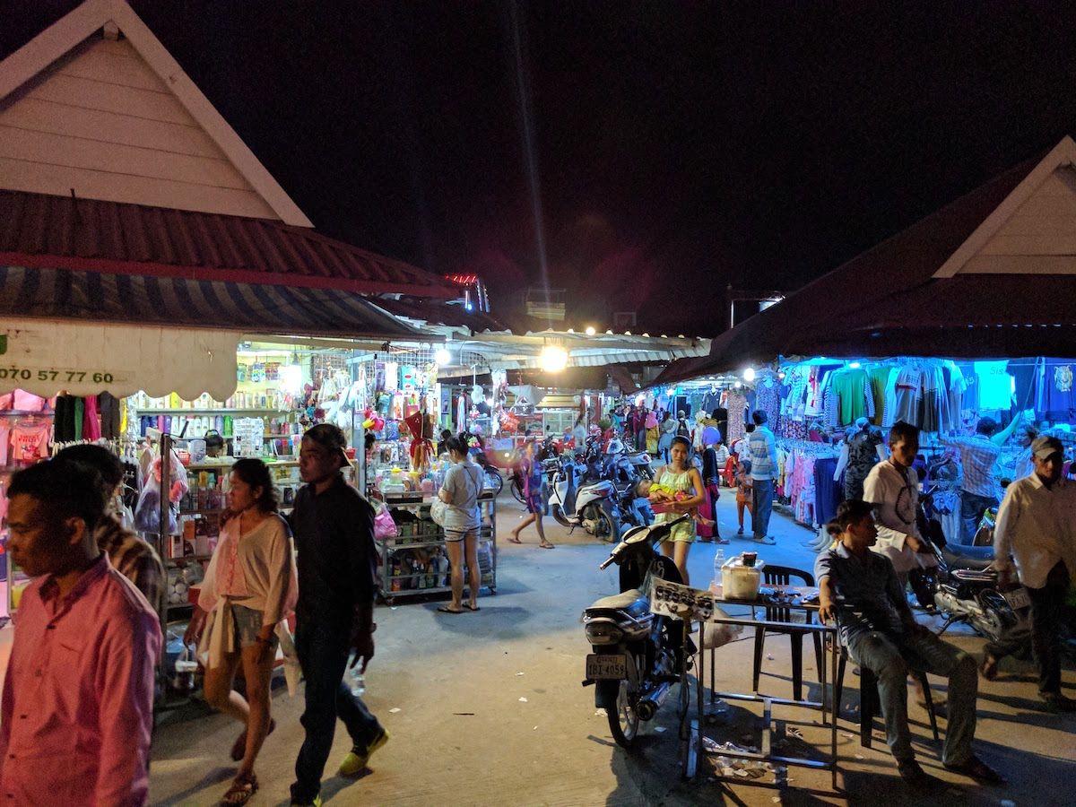 夜にはナイトマーケットや遊園地も!
