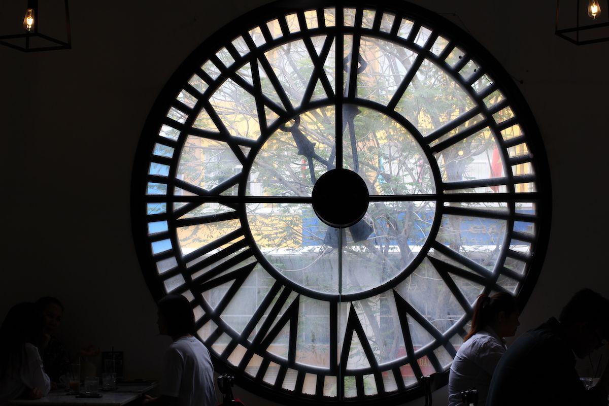 1、フォトジェニックな時計窓が素敵「ロフトカフェ」