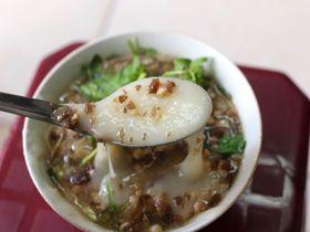 ハノイの街角で新感覚もち料理「Banh Duc Nong」を