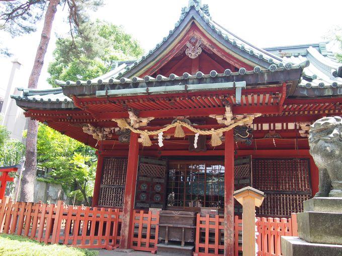小規模ながらの豪華な朱塗りの社殿