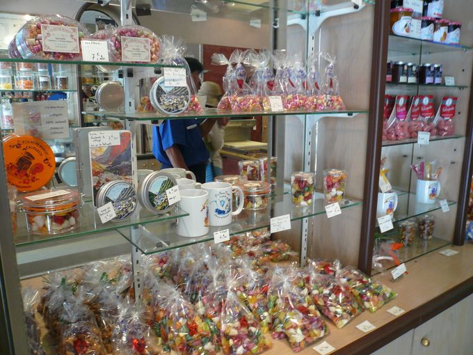 お土産は地元っ子にも人気のキャンディショップで