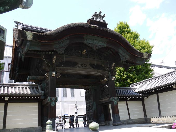 浄土真宗の本山、東本願寺は歴史的建築物が立ち並ぶ場所