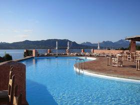 イタリア・サルデーニャ島「ルレ ヴィラ デル ゴルフォ & スパ」は海を見渡す絶景ホテル
