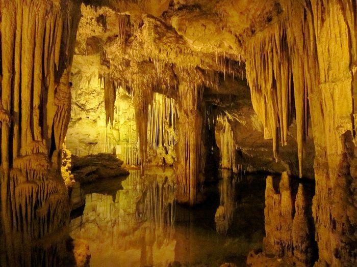 まるで地下宮殿!イタリア・サルデーニャ島「ネプチューンの洞窟」