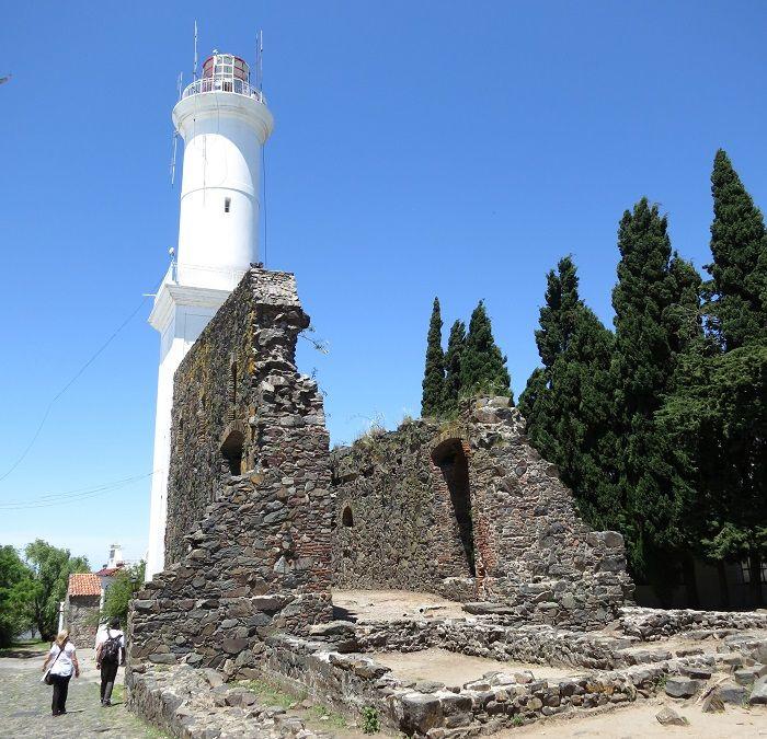 灯台と17世紀の修道院跡