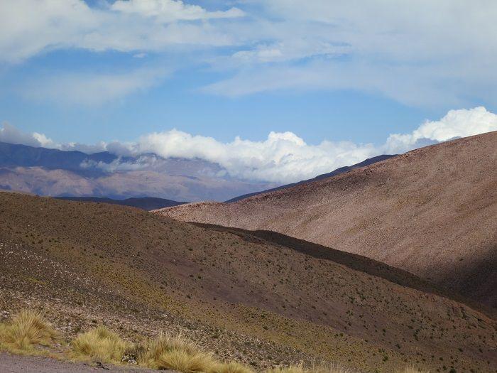 雲の列車が走るトロ渓谷に大塩湖!アルゼンチン北西部「アンデス山脈」の絶景を巡る旅