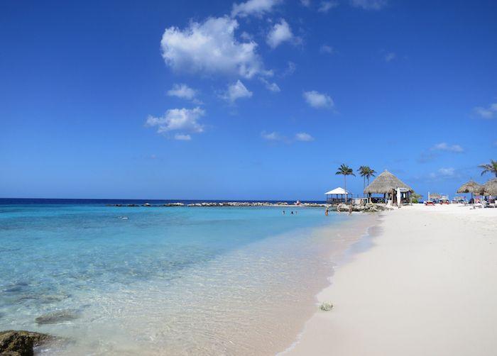 ホテルの前に広がる白砂のビーチと美しい海