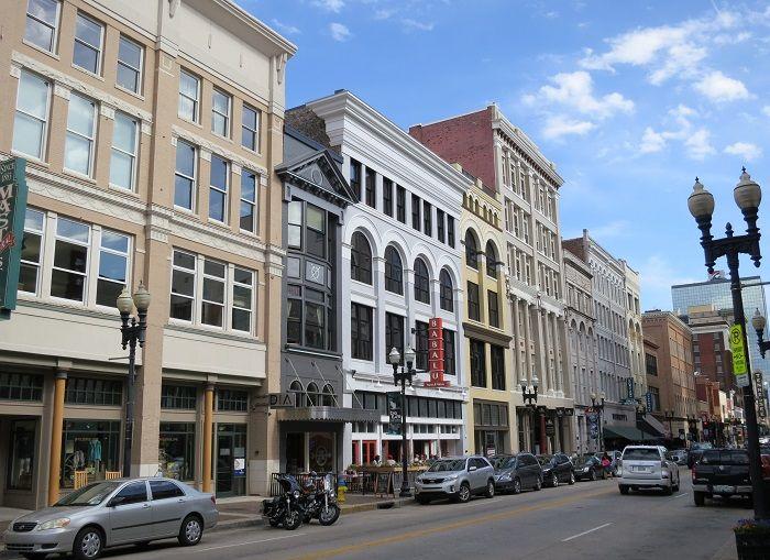 歴史を感じさせる町の目抜き通り「ゲイ ストリート」