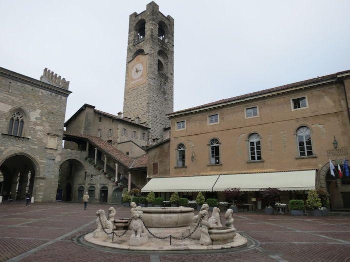 旧市街の中心「ヴェッキア広場」