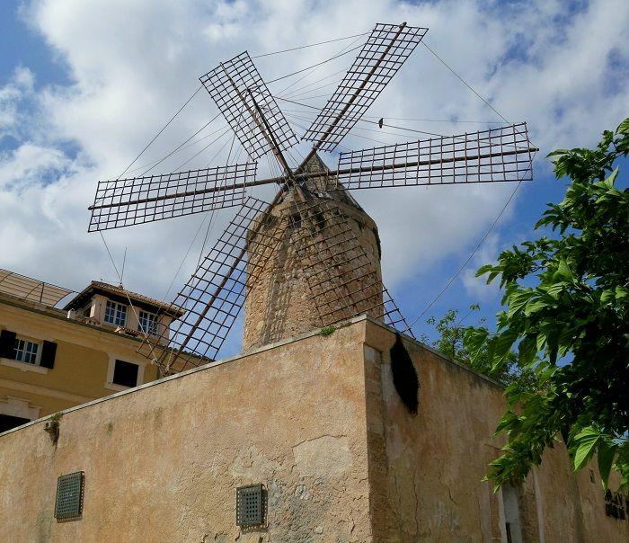 古い風車が並ぶジョンケ地区と港町の趣が残るサンタカタリーナ地区