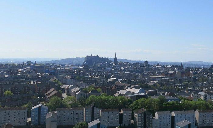 エディンバラの街から浮かび上がる巨城!アーサーズシートからの眺め