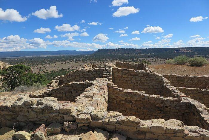 頂上に残る古代プエブロ人集落の遺跡