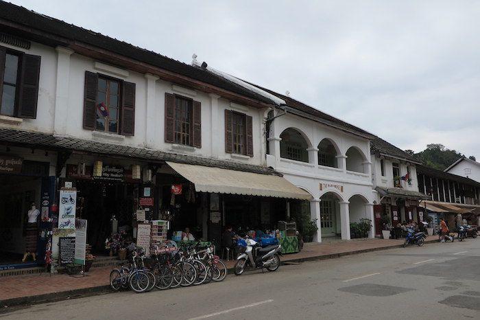 ラオスの伝統的な建物とフランス統治時代の建物が混在したレトロな街並み