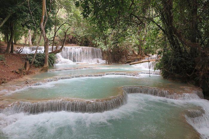 ターコイズブルーの水が流れるクアンシーの滝