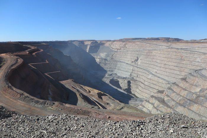 「スーパーピット」で金鉱の発掘作業を見学