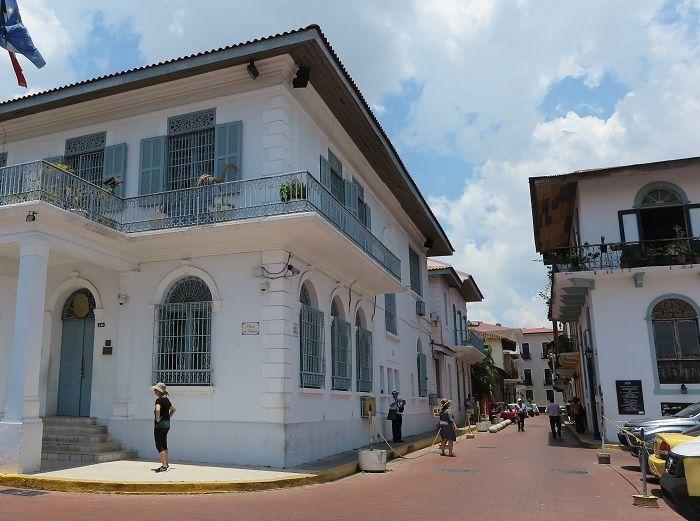 スペイン植民地時代の街並みが残る旧市街「カスコ・ビエホ」