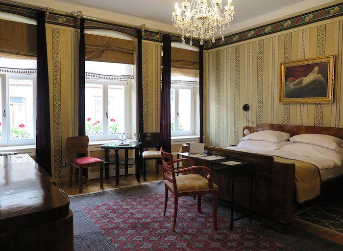 アンティークの家具を配したゴージャスな客室